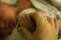 Jumeau parasite : un bébé naît avec un foetus dans l'estomac