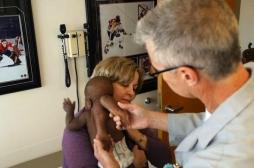 Une petite fille née avec 4 jambes opérée avec succès