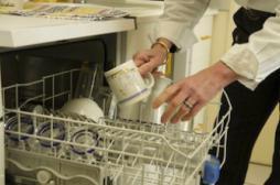 Allergies : laver la vaisselle à la main plus sain pour les enfants
