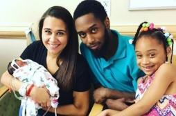 Un bébé vient au monde dans sa poche amniotique