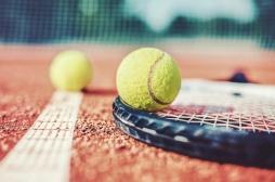 Tennis : de quoi souffre Francesca Jones, qui participe à l'Open d'Australie avec seulement 8 doigts et 7 orteils ?
