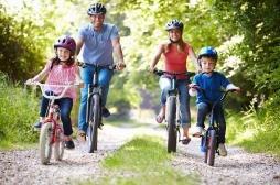 Il faut absolument mettre un casque aux enfants quand ils font du vélo... Aux parents aussi!
