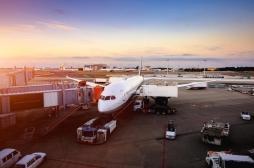 Un avion bloqué à l'aéroport de New York suite à une épidémie : 10 passagers hospitalisés