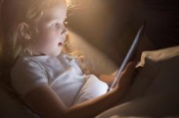 Attention, une exposition prolongée à la lumière bleue des écrans peut rendre aveugle