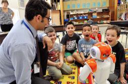 Le robot NAO remplace les enfants suisses malades à l'école