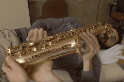 Tumeur au cerveau : les médecins opèrent un patient qui joue du saxo