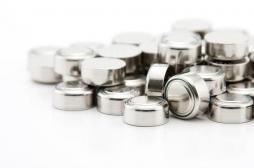 Piles bouton : un risque d'empoisonnement pour les petits enfants et une urgence