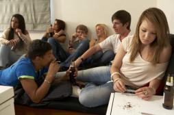Tabac et alcool : les jeunes européens y goûtent plus tard