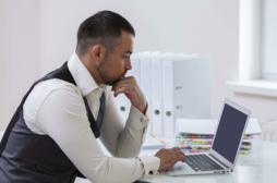Travail : manger sur son bureau expose à des millions de bactéries