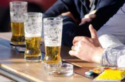 Addictions : pourquoi boire de l'alcool donne envie de fumer