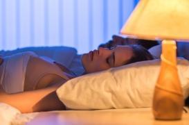 Dormir avec une lumière allumée favorise la prise de poids chez les femmes