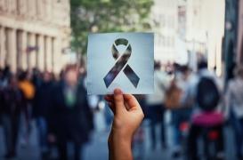 Manifestant frappé à Paris : non, le sida ne se transmet pas par la salive