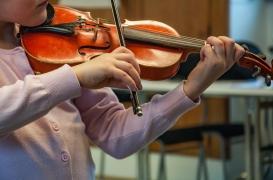 Elle joue du violon pendant son opération du cerveau pour guider les chirurgiens
