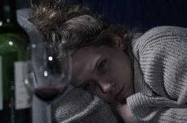 Anxiété sociale : l'alcool augmente les risques de dépendance chez les timides