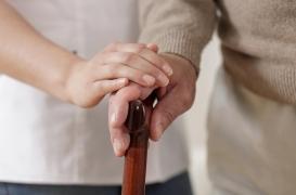 Soins à domicile : les hommes aidés par leur compagne sont plus susceptibles de se sentir honteux