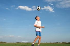 Football : un neurologue appelle à interdire les têtes chez les joueurs de moins de 18 ans