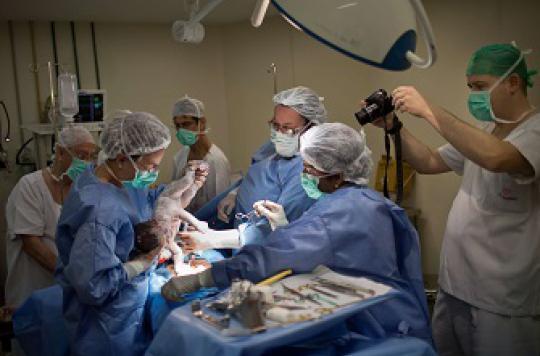 Erreur médicale : un chirurgien oublie une pince dans le corps d'une patiente
