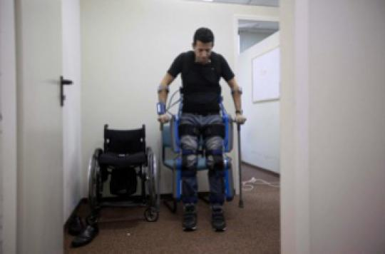Un exosquelette permet aux paraplégiques de remarcher