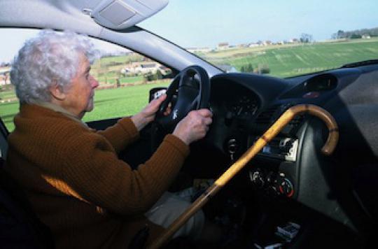 Un autocollant sur les voitures des plus 75 ans