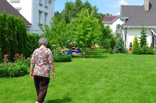 Pour les femmes âgées, même une petite marche jusqu'à la boîte aux lettres est bénéfique