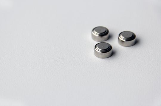 L'ingestion de piles bouton endommage gravement la paroi de l'estomac
