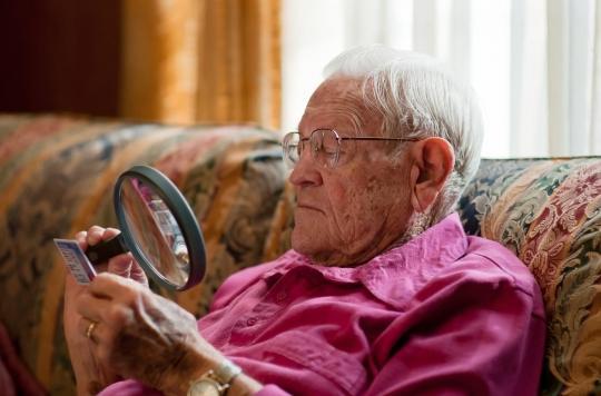 DMLA : un implant rétinien artificiel pour retrouver la vue ?