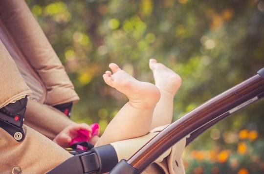 Un linge pour protéger la poussette de bébé du soleil: attention danger de coup de chaleur !