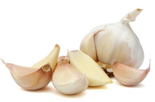 Mycoses : une gynécologue alerte sur les dangers de la gousse d'ail dans le vagin