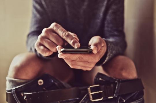 Utiliser son smartphone aux toilettes peut causer des hémorroïdes