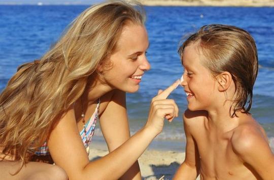 Soleil : les crèmes solaires pour enfants ne protègent pas mieux