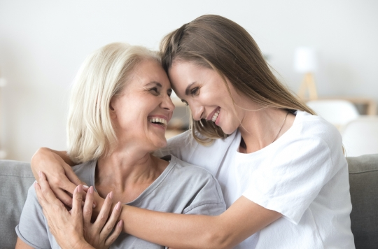 L'amour d'une mère peut aider l'adolescent à éviter les relations violentes.
