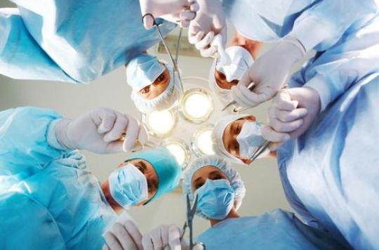 Cinq compresses et 1 gant oubliés après une hystérectomie. La patiente les a \