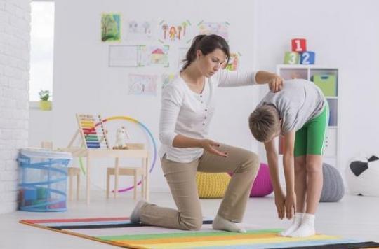 C'est aux parents de vérifier si leur enfant souffre de scoliose, déformation du dos dont souffrent 2 millions de Français